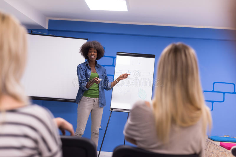 Concept de réunion d'entreprise constituée en société de séminaire d'orateur de femme de couleur photographie stock libre de droits