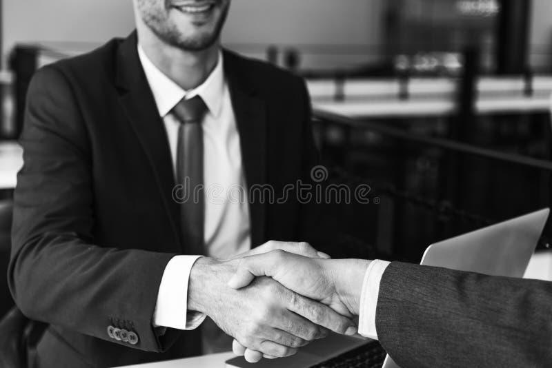 Concept de réunion de poignée de main d'hommes d'entreprise constituée en société image libre de droits