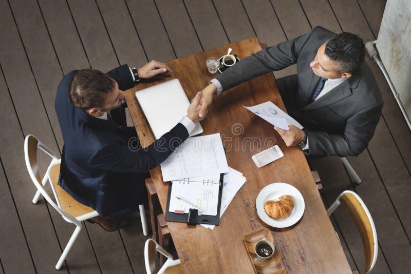 Concept de réunion de poignée de main d'hommes d'entreprise constituée en société image stock