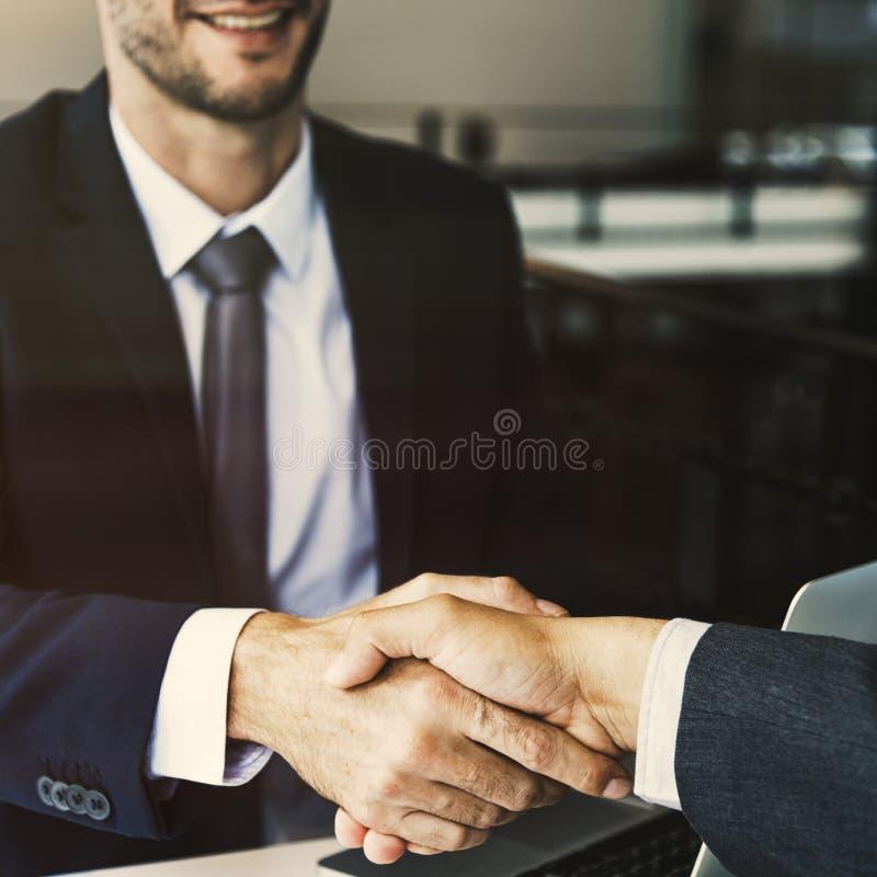 Concept de réunion de poignée de main d'hommes d'entreprise constituée en société images libres de droits