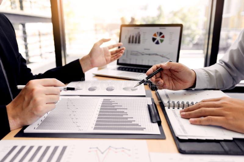 Concept de réunion de société de travail d'équipe, associés travaillant avec l'ordinateur portable analysant ensemble le projet f photos stock