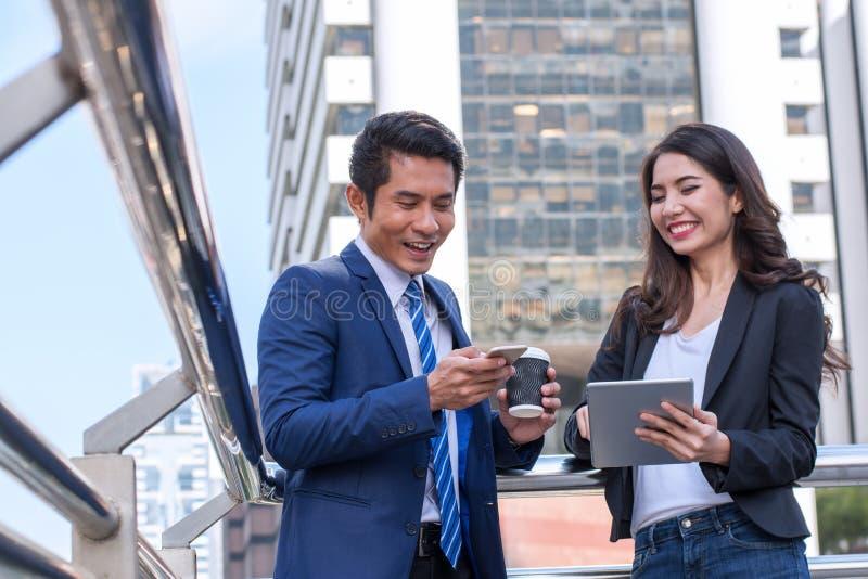 Concept de réussite commerciale : équipe de réunion d'homme d'affaires, jeune peop photo libre de droits