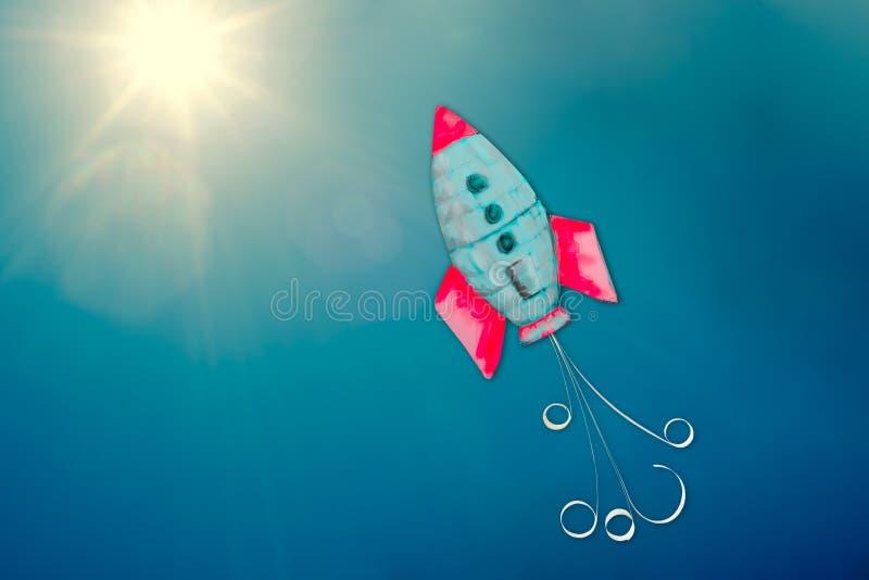 Concept de réussite commerciale et d'accomplissement, métaphore de fusée se relevant et inspirant en voyageant en avant photographie stock