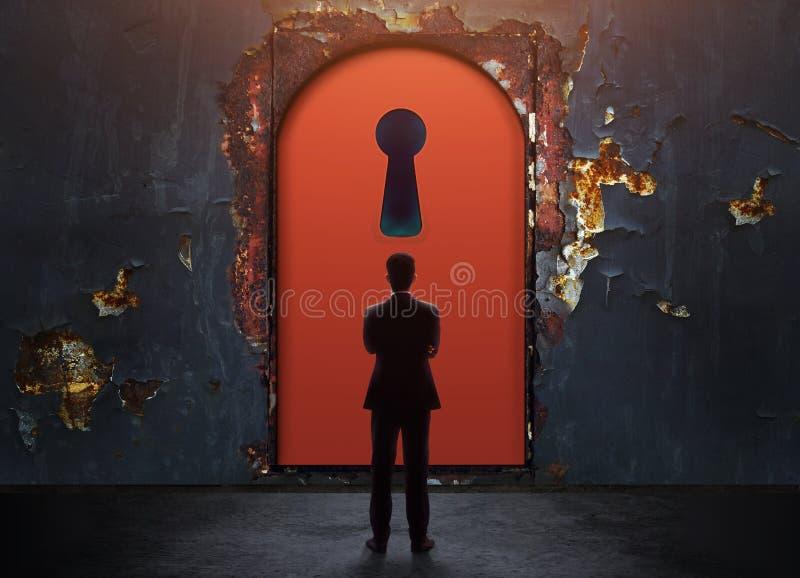 Concept de réussite commerciale ou de défi Homme d'affaires Standing dans f photographie stock