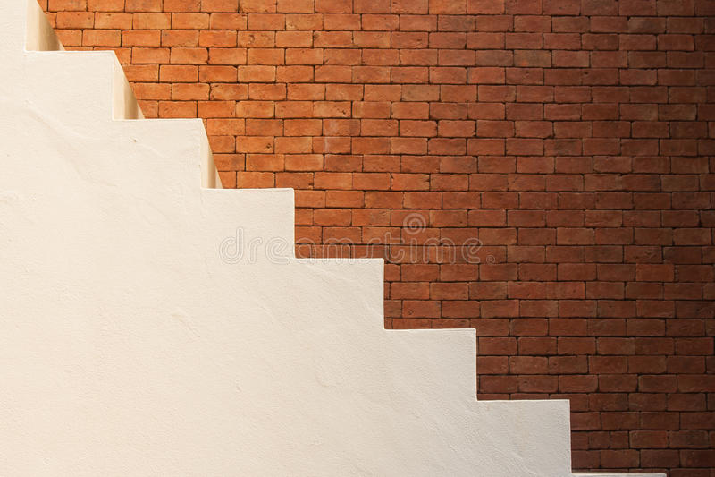 Concept de réussite commerciale : Vue de côté des escaliers vides blancs avec le fond brun de mur de briques photo stock