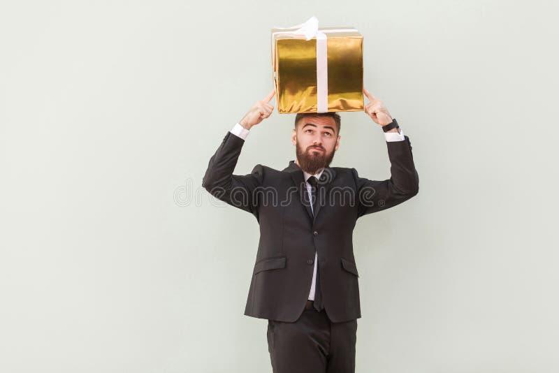 Concept de rêver ou d'idée Rêves et prise réfléchis d'homme d'affaires images stock