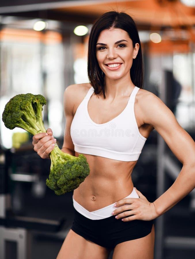 Concept de r?gime et de perte de poids L'instructeur sportif de forme physique de femme recommande la nutrition appropri?e tenant photo stock