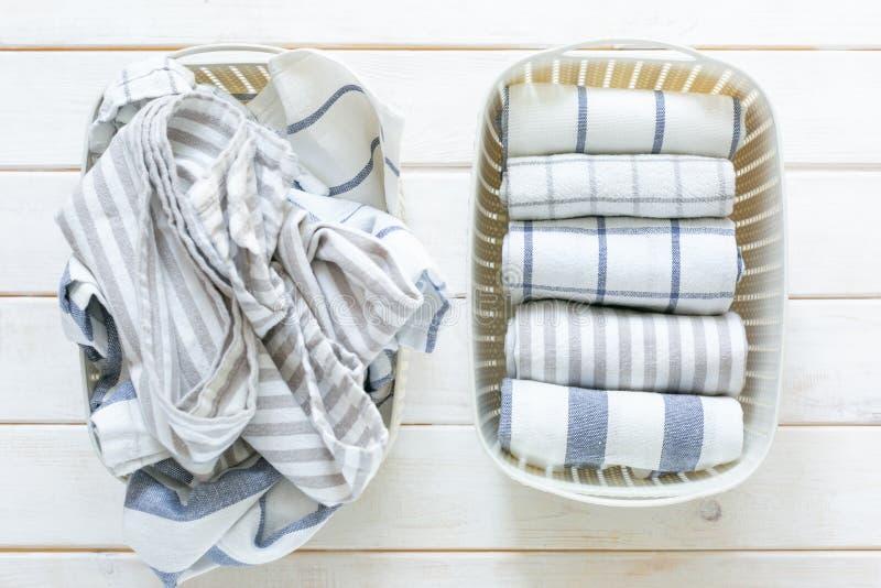 Concept de rangement de Marie Kondo - toiles de cuisine pli?es dans le panier blanc photographie stock libre de droits