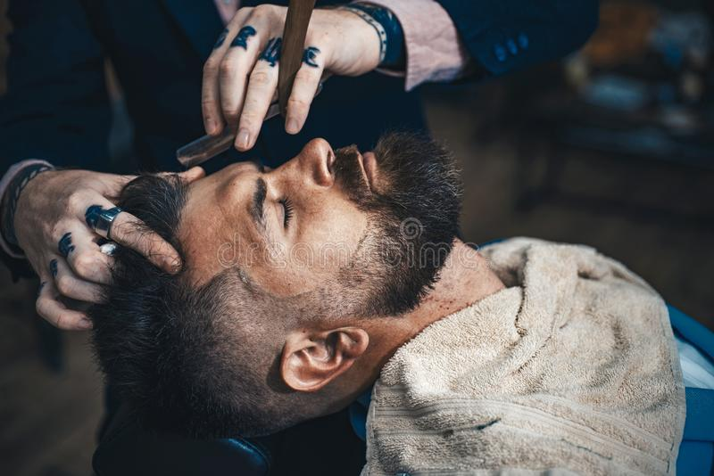 Concept de raseur-coiffeur Apr?s irritation de rasage Salon de coiffure Cire de moustache Vintage de salon de coiffure et de coif images libres de droits