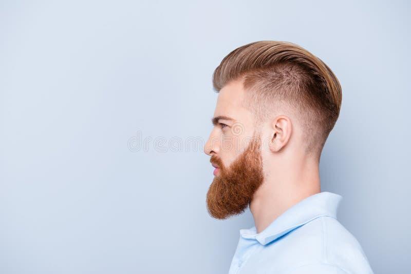 Concept de raseur-coiffeur de la publicité Le portrait latéral de profil de confient photographie stock libre de droits