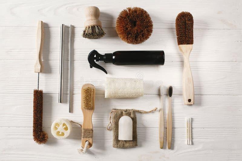Concept de rebut zéro brosse à dents en bambou naturelle, brosse, cristal De photographie stock
