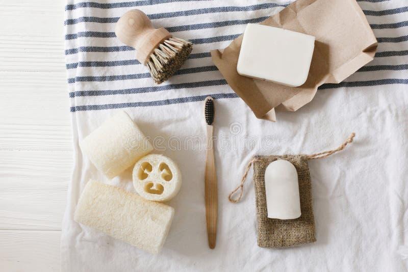 Concept de rebut zéro luffa gratuit de plastique naturel, toothbrus en bambou images stock