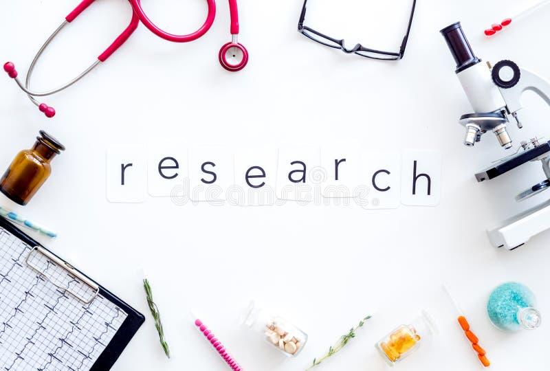 Concept de recherches médicales avec le microscope, stéthoscope, cardiogramme, cadre de tube à essai sur la vue supérieure de fon photos libres de droits
