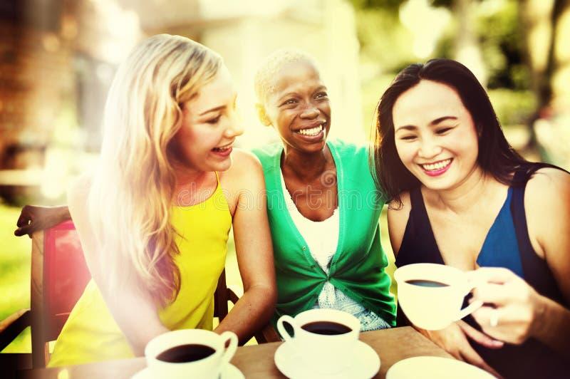 Concept de refroidissement parlant de pause-café de filles photographie stock