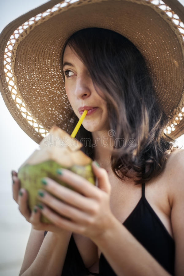 Concept de relaxation de vacances de vacances d'été de plage de fille images libres de droits