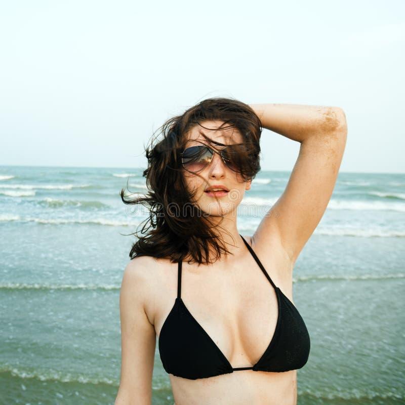 Concept de relaxation de vacances de vacances d'été de plage de fille photos stock