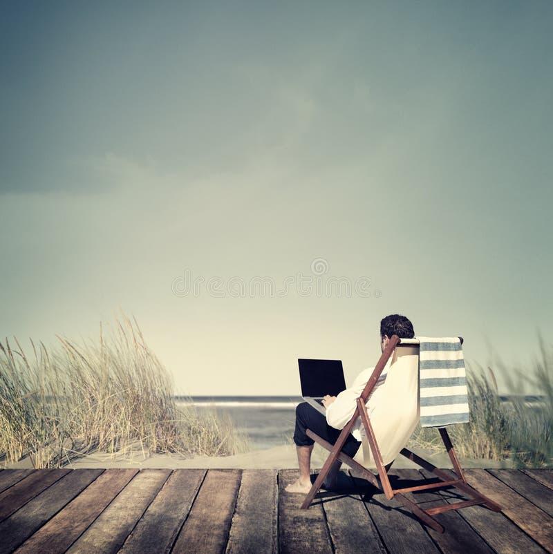 Concept de relaxation de Working Summer Beach d'homme d'affaires photo libre de droits