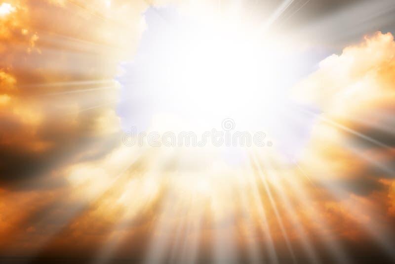 Concept de religion de ciel - exposez au soleil les rayons et le ciel photos stock