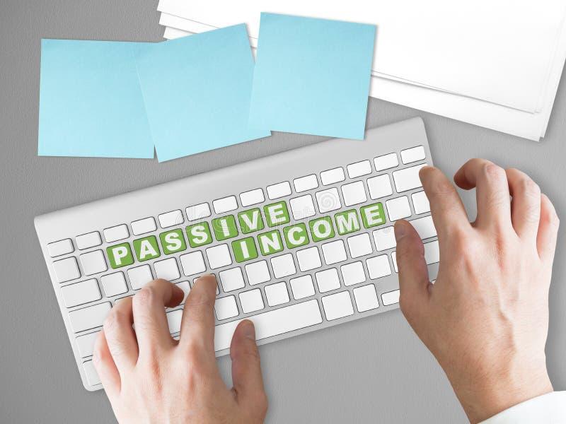 Concept de revenu passif sur le bouton vert de clavier images libres de droits