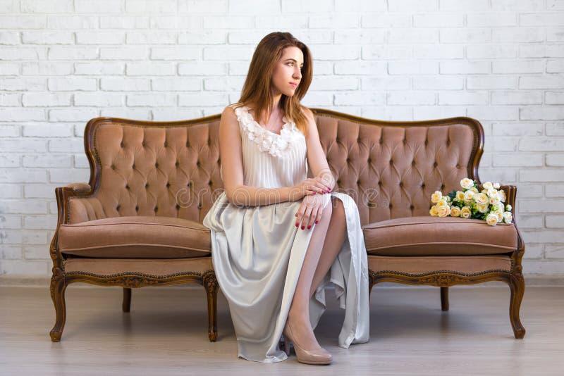 Concept de richesse et de succès - belle femme s'asseyant sur le vintag photo stock