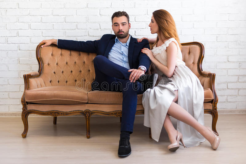 Concept de richesse et de succès - l'homme bel dans le costume s'asseyent images libres de droits