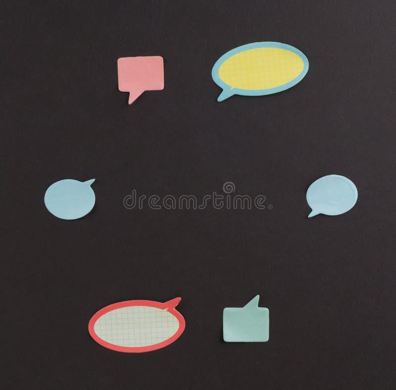 Concept de séance de réflexion et d'idée Grande note collante, beaucoup de petites notes de dialogue sur le panneau arrière images stock