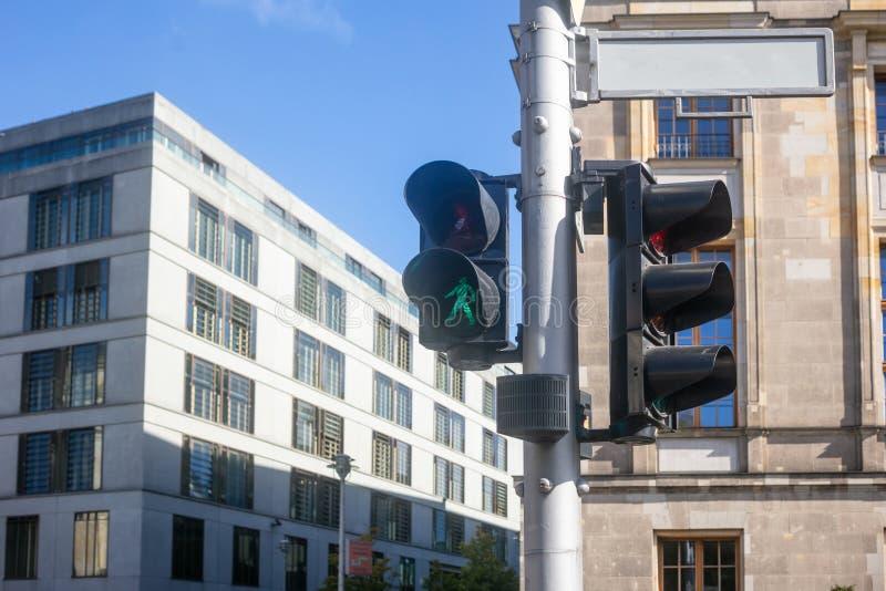 Concept de sécurité pour des piétons Le feu de signalisation vert permet la promenade  Fond de ciel bleu et de bâtiments image libre de droits
