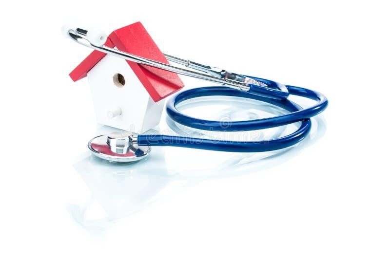 Concept de santé de famille, modèle de maison avec le stéthoscope images stock