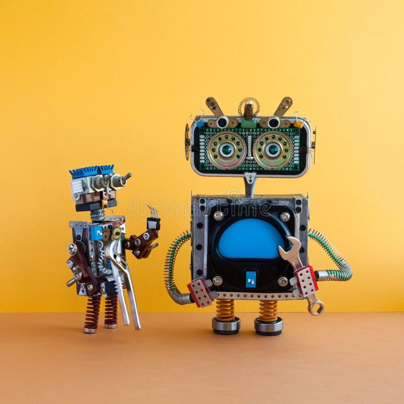 Concept de service de maintenance d'automation de robots Caractères robotiques de bricoleur avec la clé et les pinces de main Cop images stock