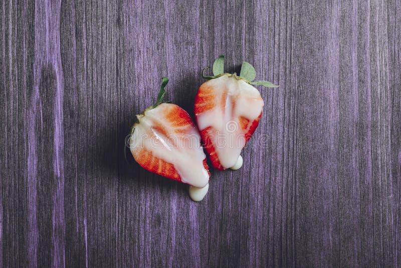 Concept de sexe avec des fraises sur la table pourpre photo libre de droits