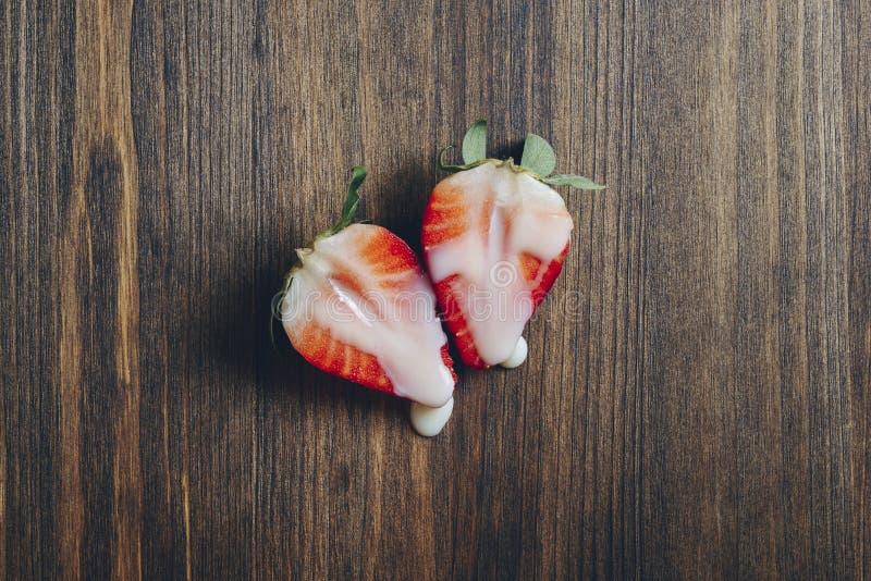 Concept de sexe avec des fraises sur une table en bois image stock
