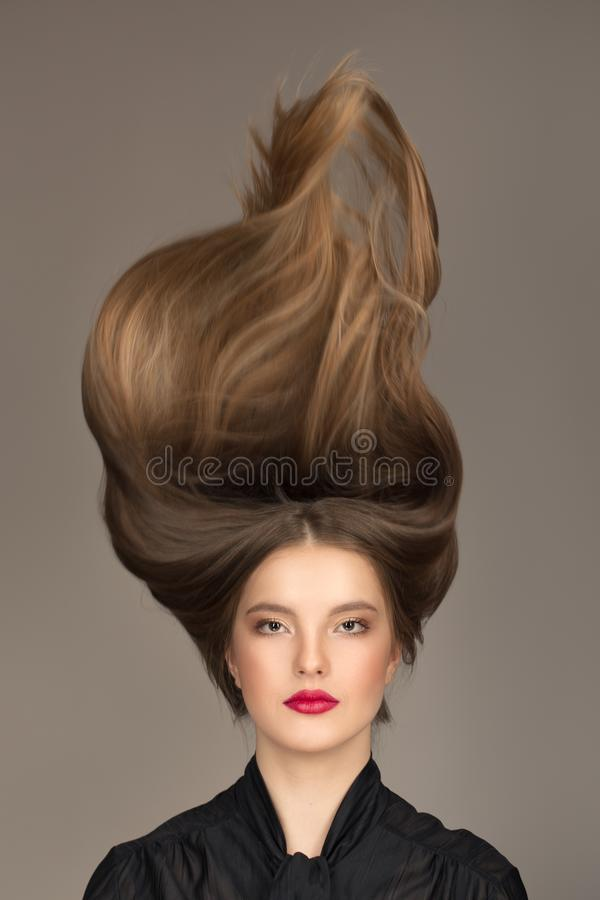Concept de soins capillaires Femme avec le maquillage lumineux, le rouge à lèvres rouge et les longs cheveux photos libres de droits