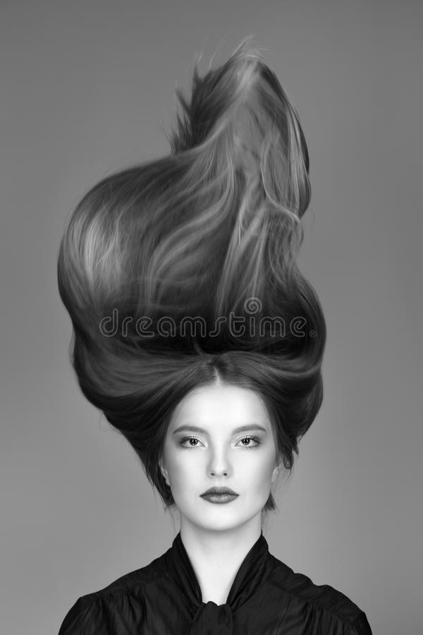 Concept de soins capillaires Femme avec le maquillage lumineux, le rouge à lèvres rouge et les longs cheveux photo stock