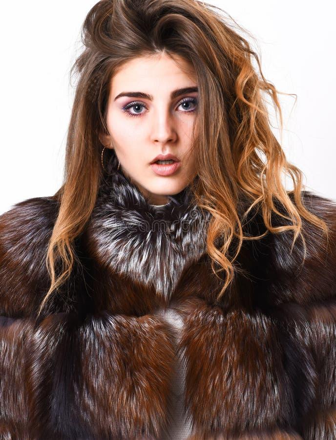 Concept de soins capillaires Manteau de fourrure de fille posant avec la coiffure sur la fin blanche de fond  Empêchez les dommag image stock