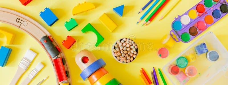 Concept de soins de jour - approvisionnements et jouets d'art sur le fond lumineux photos libres de droits