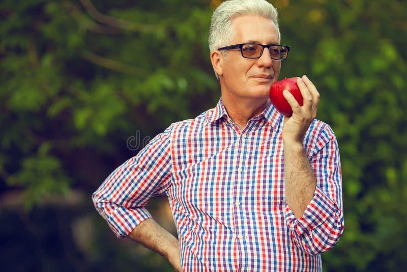 Concept de soins de santé Portrait d'un vieil homme mûr de sourire photo stock