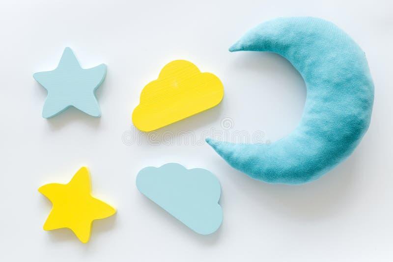 Concept de sommeil de nuit avec la lune, étoiles, jouet de nuage sur la vue supérieure de fond blanc photos stock
