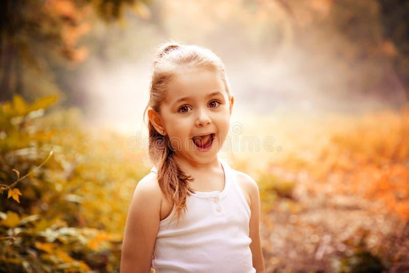 Concept de sourire de bonheur d'enfants Portrait extérieur d'une petite fille de sourire mignonne photos stock