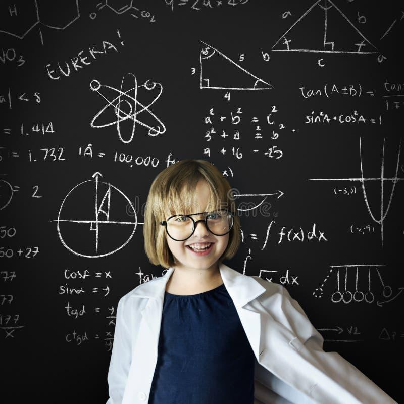 Concept de sourire de maths d'enfance de robe d'enfant images stock