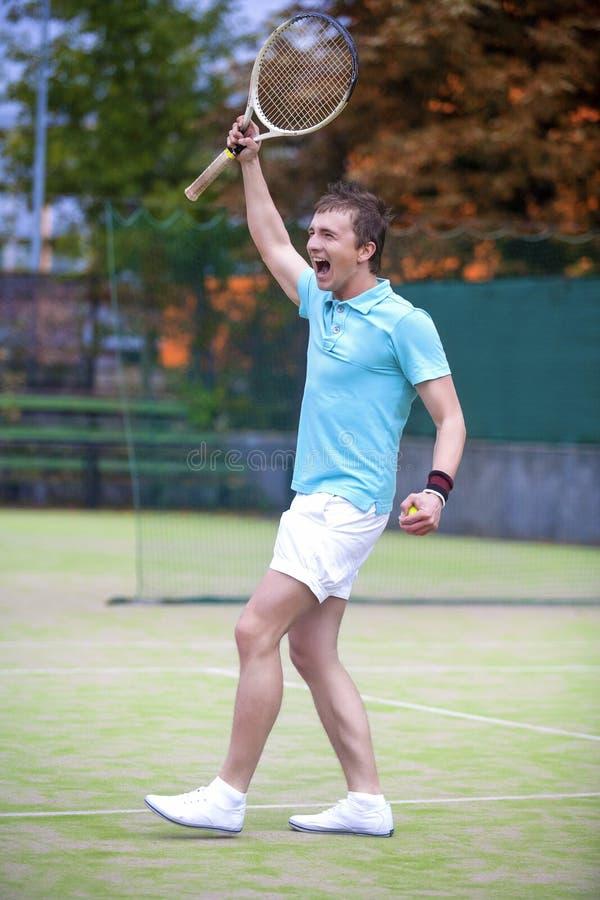 Concept de sport de tennis : Portrait de jeune Caucasia masculin de hurlement images stock