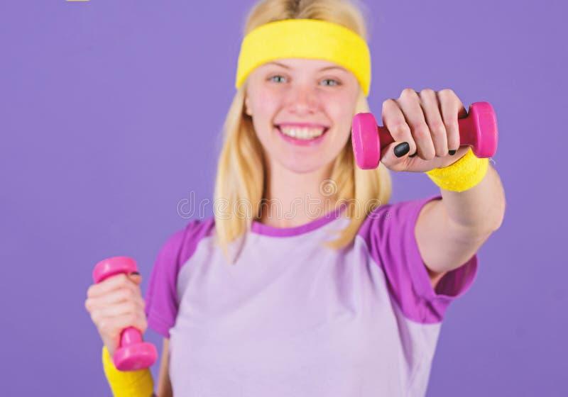 Concept de sport et de forme physique Femme s'exerçant avec des haltères Exercices faciles avec des haltères Séance d'entraînemen images libres de droits