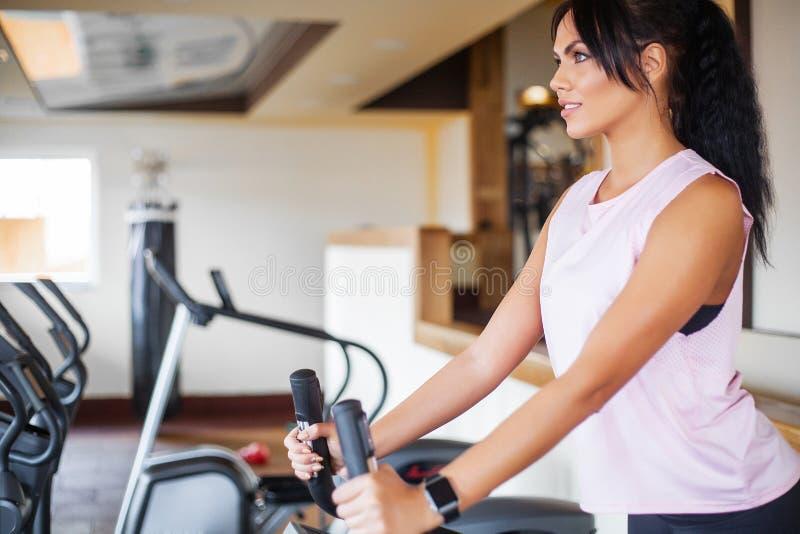 Concept de sport et de mode de vie sain Exercice des jambes faisant le Ca image libre de droits