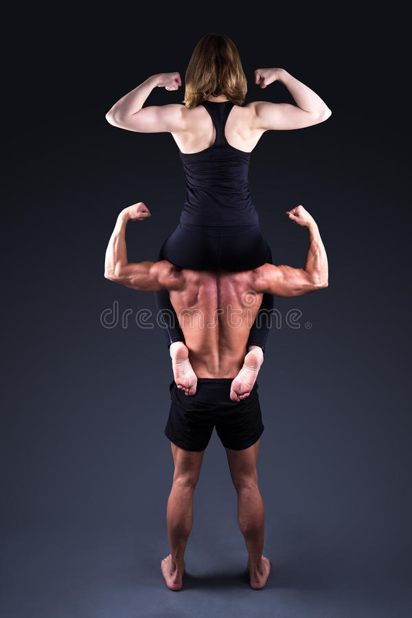 Concept de sport - femme sportive s'asseyant sur des épaules de mA musculaire photo libre de droits