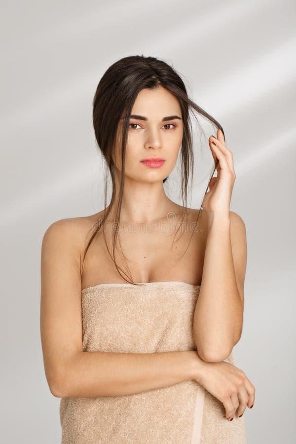 Concept de station thermale Femme couverte de mèche de participation de serviette des cheveux image libre de droits
