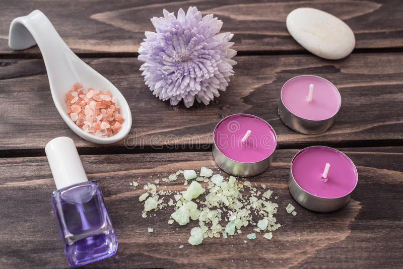 Concept de station thermale fleurissez, essence de lavande, bougies, sel aromatique Selecti photo stock