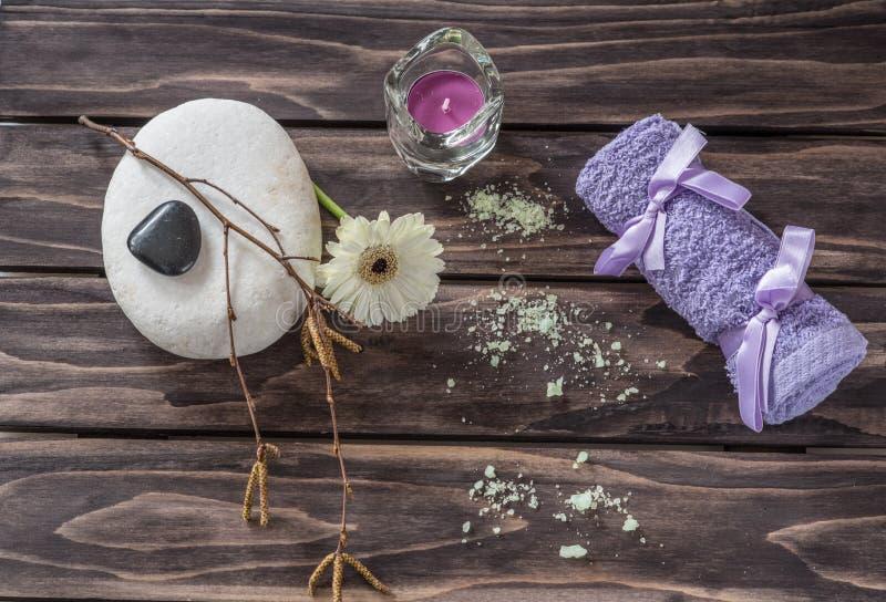 Concept de station thermale fleurs, bougies, sel aromatique et towe de pourpre de bain photographie stock libre de droits