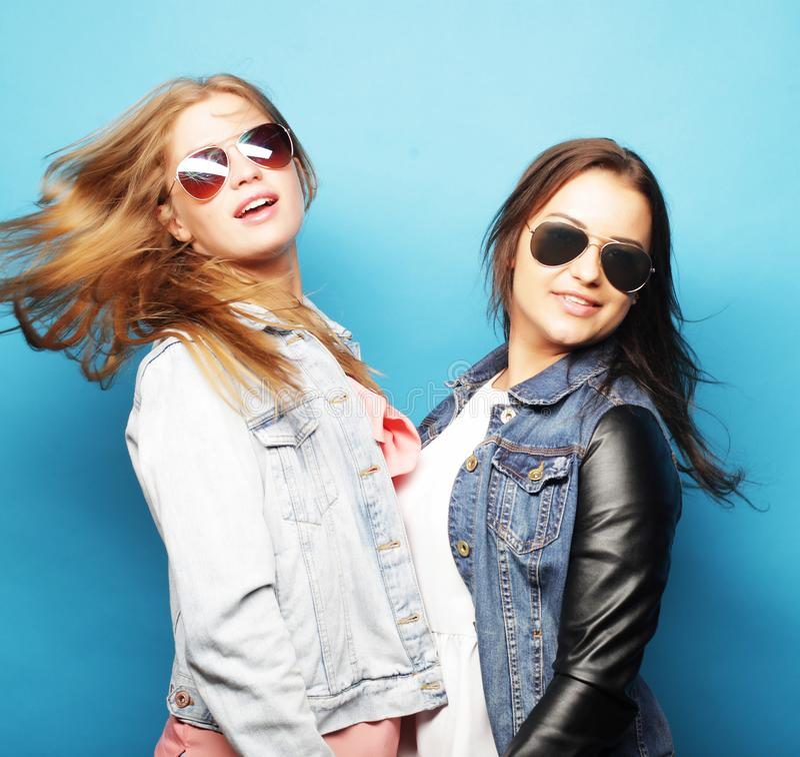 Concept de style de vie, émotif et de personnes : deux filles de hippie de beauté, tir de studio photo libre de droits