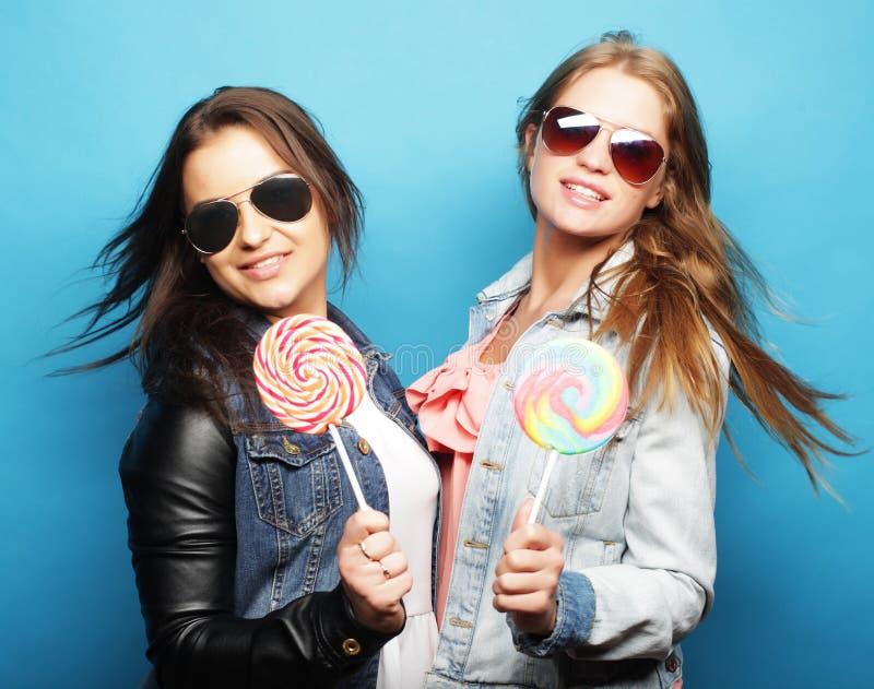 Concept de style de vie, de bonheur, émotif et de personnes : deux filles de hippie de beauté photo stock