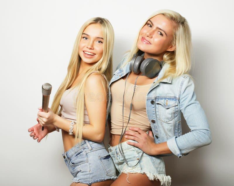 Concept de style de vie, de bonheur, émotif et de personnes : filles de hippie de beauté avec un microphone chantant et ayant l'a photos libres de droits