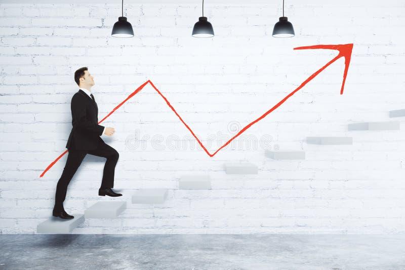 Concept de succès avec l'homme d'affaires montant les escaliers et l'arr rouge images libres de droits